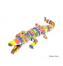 Apportez une touche décalée à votre décoration intérieure avec cette sculpture originale d'un crocodile coloré.