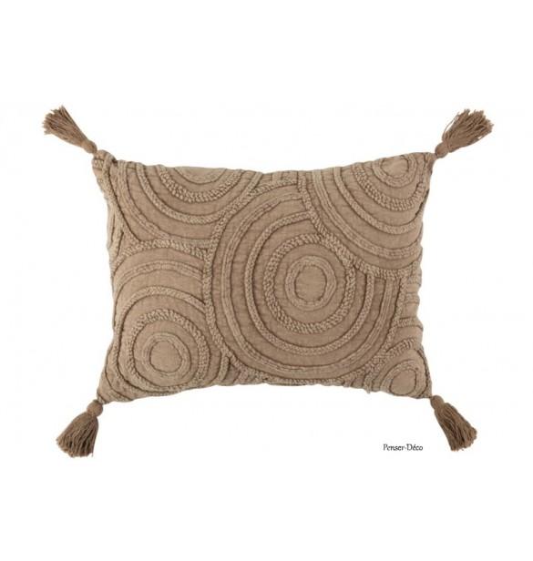 Du textile dans votre intérieur. Ayez le sens du détail avec ce coussin rectangulaire avec reliefs et ces magnifiques finitions.